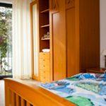 Alle Zimmer haben bodentiefe Fenster und ein eigenes, behindertengerechtes Bad.