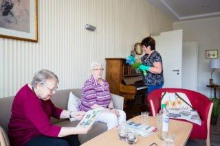 Die Mieter unserer Wohngemeinschaft können sich an der Hausarbeit beteiligen. Sie müssen es aber nicht.